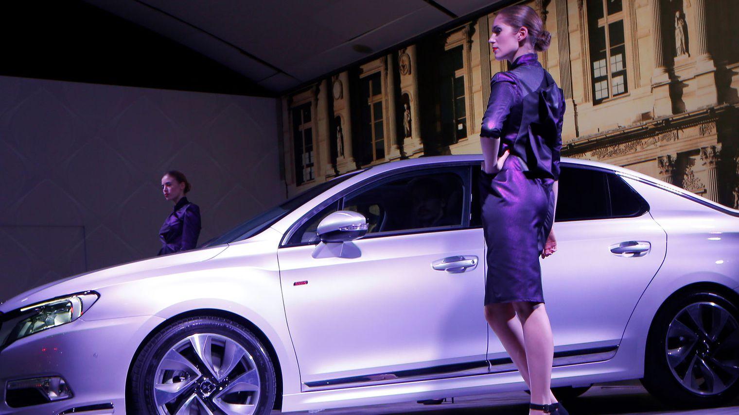 une-hotesse-devoile-un-nouveau-modele-citroen-de-sa-gamme-haut-de-gamme-ds-la-ds-5ls-destinee-a-la-chine-premier-marche-automobile-mondial-le-19-decembre-2013_4645804